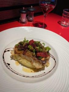 Cabillaud rôti à la plancha, vinaigrette d'olives noires et écrasé de pommes de terre