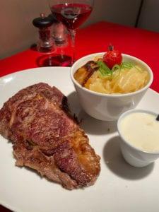 Entrecôte de boeuf 300g grillée aux herbes, avec gratin de pommes de terre et sauce gorgonzola un délice !