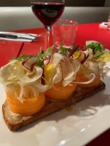 Pain grillé et chèvre de Rocamadour, légumes croquants à la vinaigrette de miel