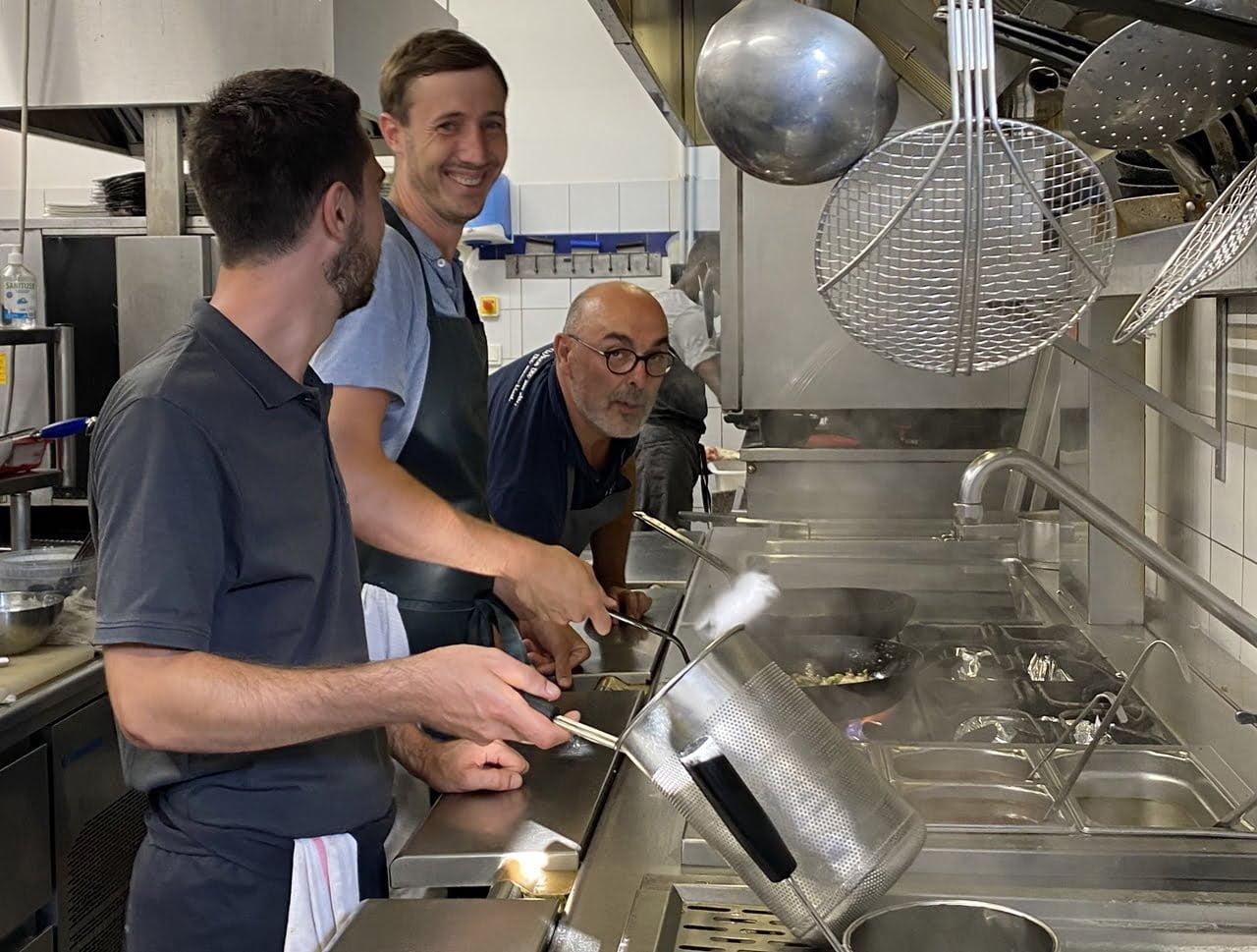 Le chef de la Lucciola dans sa cuisine avec son équipe